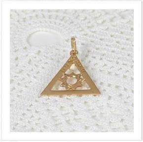 Hänge i guld med Tempelriddarordens märke.