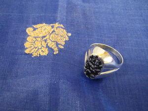 Stilren herrklackring i äkta silver med oxiderat mönster.