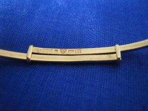 Armring i 18 karat guld med två stycken akvamariner..