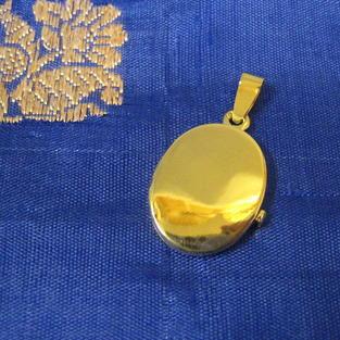 Hängsmycke.18K guld.Medaljong för foton.Öppningsbar.