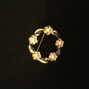 Brosch i 18 K guld med odlade pärlor.  Storlek: 28 mm i diameter Hänget har tydliga stämplar ,kattfot samt 18K. Tillverkat 1964 (O9) Svensk tillverkning.