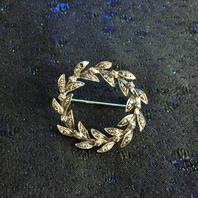 Brosch i silver med en onyx och 60 st markasiter
