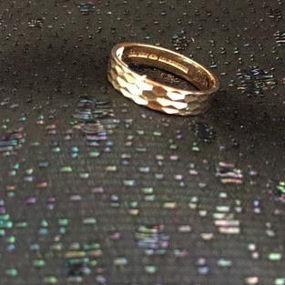 Ring i 18 karat guld med vackert mönster.St 20,5. 1970