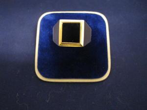Herrklackring i 18 karat guld men svart onyxsten.Kraftig modell.