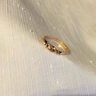 Vackert ring i 18 karat guld med stenen safir.17,5