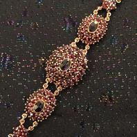 Armband med äkta granater , guldförgyllt äkta silver.
