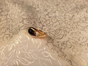 Lordring i 18K guld  med svart onyx och vita safirer.-50tal. Storlek 19