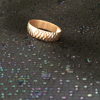 Ring i 18 karat guld med vackert mönster.St 21. 1970