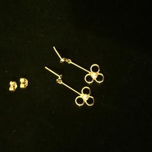 Örhängen i 18 karat guld. Eleganta med odlad pärla