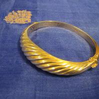 Armring i 18 Karat guld med snyggt vridet mönster.