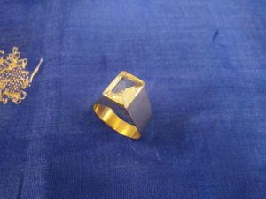 Guldring i 18 karat guld med bergkristall.