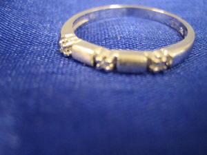 Ring i 18 K vitguld med matt och blank yta samt 3 st briljanter .